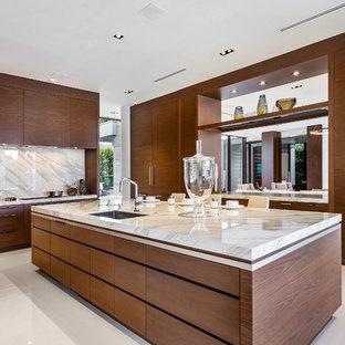 マイアミの大きいコンテンポラリースタイルのおしゃれなキッチン (フラットパネル扉のキャビネット、中間色木目調キャビネット、オニキスカウンター、大理石の床、白い床、ベージュのキッチンカウンター、アンダーカウンターシンク、白いキッチンパネル、石スラブのキッチンパネル) の写真