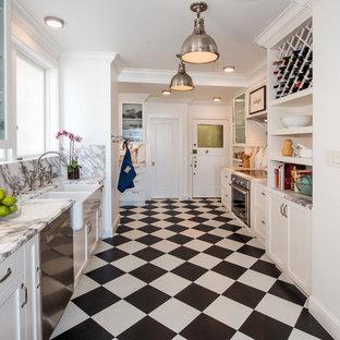 サンフランシスコの中サイズのトラディショナルスタイルのおしゃれなキッチン (エプロンフロントシンク、シェーカースタイル扉のキャビネット、白いキャビネット、大理石カウンター、グレーのキッチンパネル、大理石の床、シルバーの調理設備の、アイランドなし、グレーのキッチンカウンター、クッションフロア、マルチカラーの床) の写真