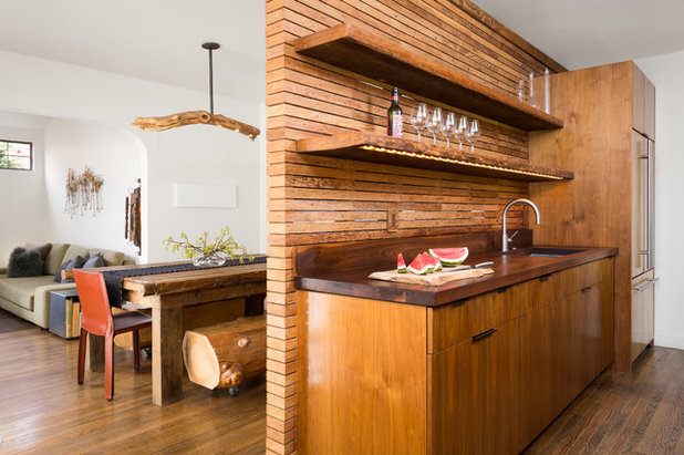 Обработанный ствол дерева в дизайне кухни