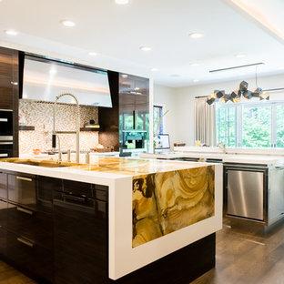 Пример оригинального дизайна: большая п-образная кухня в современном стиле с врезной раковиной, плоскими фасадами, фасадами из нержавеющей стали, столешницей из кварцита, техникой под мебельный фасад, паркетным полом среднего тона, двумя и более островами, бежевым фартуком, фартуком из плитки мозаики, обеденным столом и желтой столешницей