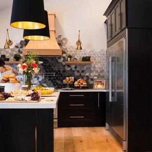 Idéer för att renovera ett stort funkis vit vitt kök, med en undermonterad diskho, skåp i shakerstil, skåp i mörkt trä, bänkskiva i kvarts, flerfärgad stänkskydd, stänkskydd i keramik, rostfria vitvaror, ljust trägolv, en köksö och brunt golv