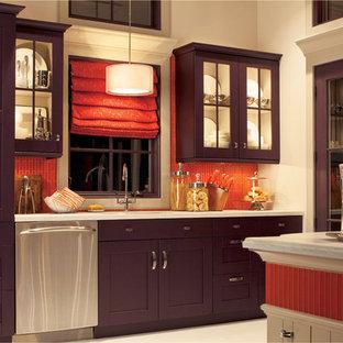 Klassisk inredning av ett stort kök, med en nedsänkt diskho, skåp i shakerstil, lila skåp, bänkskiva i koppar, orange stänkskydd, stänkskydd i mosaik, rostfria vitvaror, klinkergolv i keramik, en köksö och beiget golv