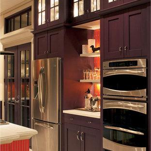 Пример оригинального дизайна: большая угловая кухня в классическом стиле с обеденным столом, накладной раковиной, фасадами в стиле шейкер, фиолетовыми фасадами, столешницей из акрилового камня, оранжевым фартуком, фартуком из плитки мозаики, техникой из нержавеющей стали, полом из керамической плитки, островом и бежевым полом