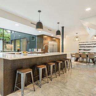 Inspiration för ett funkis vit vitt kök, med släta luckor, skåp i mörkt trä, fönster som stänkskydd, rostfria vitvaror, en halv köksö och beiget golv
