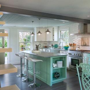 プロビデンスの中くらいのビーチスタイルのおしゃれなキッチン (白いキッチンパネル、サブウェイタイルのキッチンパネル) の写真
