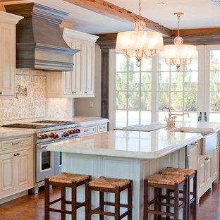 デンバーの中くらいのカントリー風おしゃれなキッチン (レイズドパネル扉のキャビネット、白いキャビネット、珪岩カウンター、白いキッチンパネル、セメントタイルのキッチンパネル、シルバーの調理設備、無垢フローリング、エプロンフロントシンク) の写真