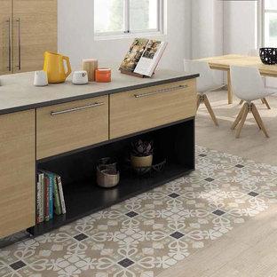 Idee per una cucina abitabile vittoriana con pavimento in gres porcellanato e pavimento beige