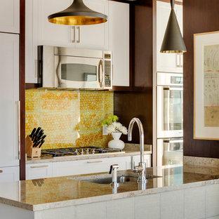Zweizeilige, Kleine Moderne Küche mit Unterbauwaschbecken, Schrankfronten im Shaker-Stil, weißen Schränken, Küchenrückwand in Gelb, Küchengeräten aus Edelstahl, Halbinsel und Granit-Arbeitsplatte in Boston