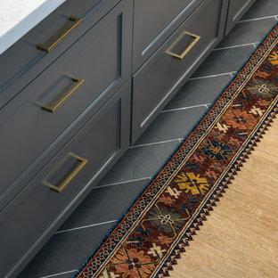 サクラメントの中サイズのヴィクトリアン調のおしゃれなキッチン (エプロンフロントシンク、シェーカースタイル扉のキャビネット、グレーのキャビネット、珪岩カウンター、石スラブのキッチンパネル、シルバーの調理設備の、スレートの床、グレーの床) の写真
