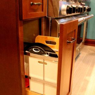 Mittelgroße Urige Wohnküche ohne Insel in L-Form mit Granit-Arbeitsplatte, Küchengeräten aus Edelstahl, Landhausspüle, Schrankfronten im Shaker-Stil, hellbraunen Holzschränken, Küchenrückwand in Weiß, Rückwand aus Metrofliesen und Vinylboden in Detroit