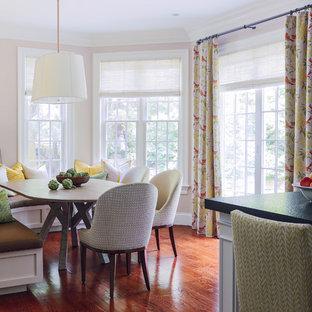 Свежая идея для дизайна: кухня в классическом стиле с обеденным столом, паркетным полом среднего тона и островом - отличное фото интерьера