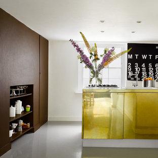 Immagine di una cucina design con ante lisce e ante gialle