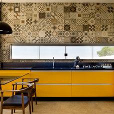 Contemporary Kitchen by 1:1 arquitetura:design