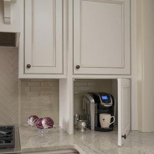 Idée de décoration pour une cuisine tradition en L fermée avec un placard à porte affleurante, des portes de placard blanches, une crédence en carreau de verre, un électroménager en acier inoxydable, un sol en bois brun et un îlot central.