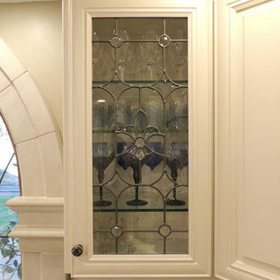 他の地域の大きいヴィクトリアン調のおしゃれなキッチン (ダブルシンク、レイズドパネル扉のキャビネット、ベージュのキャビネット、御影石カウンター、ベージュキッチンパネル、磁器タイルのキッチンパネル、パネルと同色の調理設備、磁器タイルの床) の写真