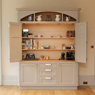 ハンプシャーのトラディショナルスタイルのおしゃれなキッチン (落し込みパネル扉のキャビネット、ベージュのキャビネット) の写真