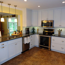Modern Kitchen by Creekside Cabinets Inc.