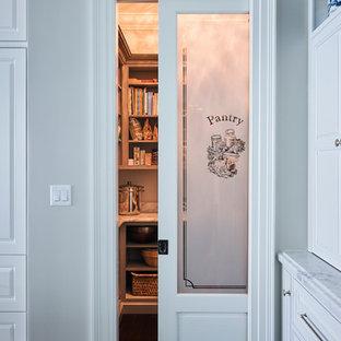 フィラデルフィアの巨大なコンテンポラリースタイルのおしゃれなキッチン (ドロップインシンク、落し込みパネル扉のキャビネット、白いキャビネット、御影石カウンター、白いキッチンパネル、セラミックタイルのキッチンパネル、白い調理設備、濃色無垢フローリング) の写真