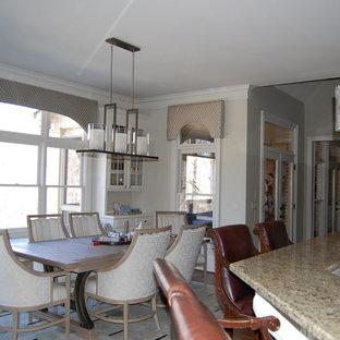 Foto på ett mellanstort funkis kök, med en nedsänkt diskho, luckor med upphöjd panel, vita skåp, marmorbänkskiva, vitt stänkskydd, stänkskydd i tunnelbanekakel, rostfria vitvaror och heltäckningsmatta
