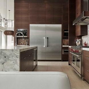 シアトルの広いモダンスタイルのおしゃれなキッチン (アンダーカウンターシンク、フラットパネル扉のキャビネット、濃色木目調キャビネット、大理石カウンター、グレーのキッチンパネル、石スラブのキッチンパネル、シルバーの調理設備、磁器タイルの床、白い床、グレーのキッチンカウンター) の写真