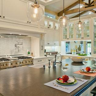 ロサンゼルスのトラディショナルスタイルのおしゃれなダイニングキッチン (エプロンフロントシンク、ガラス扉のキャビネット、白いキャビネット、白いキッチンパネル、サブウェイタイルのキッチンパネル) の写真