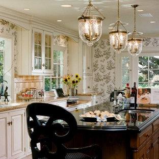 Esempio di una cucina chic con lavello a doppia vasca, ante con bugna sagomata, ante bianche e paraspruzzi beige