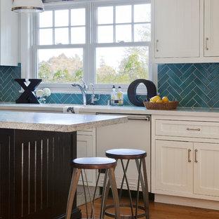 ロサンゼルスの中サイズのトラディショナルスタイルのおしゃれなキッチン (ドロップインシンク、インセット扉のキャビネット、白いキャビネット、大理石カウンター、青いキッチンパネル、セメントタイルのキッチンパネル、白い調理設備、無垢フローリング) の写真