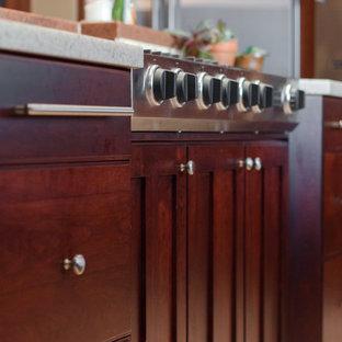 ソルトレイクシティの大きいトラディショナルスタイルのおしゃれなキッチン (ダブルシンク、落し込みパネル扉のキャビネット、中間色木目調キャビネット、御影石カウンター、ベージュキッチンパネル、セラミックタイルのキッチンパネル、シルバーの調理設備の、大理石の床) の写真