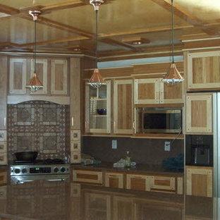 ポートランド(メイン)の中サイズのエクレクティックスタイルのおしゃれなキッチン (エプロンフロントシンク、シェーカースタイル扉のキャビネット、淡色木目調キャビネット、御影石カウンター、パネルと同色の調理設備) の写真