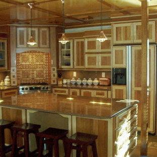 ポートランド(メイン)の中サイズのエクレクティックスタイルのおしゃれなキッチン (エプロンフロントシンク、シェーカースタイル扉のキャビネット、淡色木目調キャビネット、御影石カウンター、パネルと同色の調理設備、無垢フローリング、茶色い床) の写真