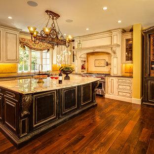 Offene, Geräumige Klassische Küche in U-Form mit Landhausspüle, weißen Schränken, Granit-Arbeitsplatte, Küchenrückwand in Beige, Rückwand aus Steinfliesen, Küchengeräten aus Edelstahl, braunem Holzboden und Kücheninsel in Seattle