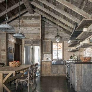 他の地域のラスティックスタイルのおしゃれなキッチン (シェーカースタイル扉のキャビネット、濃色木目調キャビネット、ベージュキッチンパネル、サブウェイタイルのキッチンパネル、シルバーの調理設備の、アイランドなし) の写真