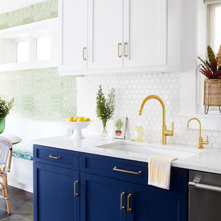 Выдающиеся фото от архитекторов и дизайнеров интерьера: параллельная кухня-гостиная в современном стиле с одинарной раковиной, фасадами в стиле шейкер, синими фасадами, столешницей из кварцевого композита, белым фартуком, фартуком из керамической плитки, техникой из нержавеющей стали, полом из сланца, зеленым полом и белой столешницей без острова