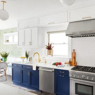 Inspiration för moderna vitt kök, med en enkel diskho, skåp i shakerstil, blå skåp, bänkskiva i kvarts, vitt stänkskydd, stänkskydd i keramik, rostfria vitvaror, skiffergolv och grönt golv