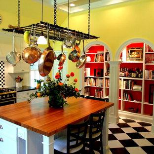 ボルチモアの広いカントリー風おしゃれなキッチン (落し込みパネル扉のキャビネット、白いキャビネット、木材カウンター、マルチカラーのキッチンパネル、シングルシンク、セラミックタイルの床、マルチカラーの床) の写真