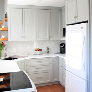 Kleine Klassische Wohnküche ohne Insel in U-Form mit Unterbauwaschbecken, Schrankfronten im Shaker-Stil, grauen Schränken, Quarzwerkstein-Arbeitsplatte, Küchenrückwand in Weiß, weißen Elektrogeräten, Terrazzo-Boden, rotem Boden, weißer Arbeitsplatte und Rückwand aus Mosaikfliesen in Toronto