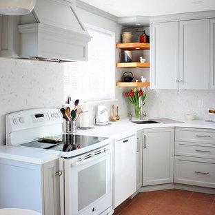 Esempio di una piccola cucina chic con lavello sottopiano, ante in stile shaker, ante grigie, top in quarzo composito, paraspruzzi bianco, elettrodomestici bianchi, pavimento alla veneziana, pavimento rosso, top bianco, nessuna isola e paraspruzzi con piastrelle a mosaico