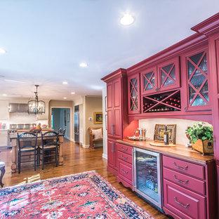 Idéer för ett klassiskt kök, med luckor med upphöjd panel, röda skåp, mellanmörkt trägolv och träbänkskiva