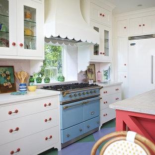 Foto di una cucina ad ambiente unico boho chic con ante di vetro, ante bianche, top in legno, paraspruzzi con piastrelle in ceramica, pavimento in legno verniciato e elettrodomestici colorati
