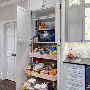 Klassische Küche mit Vorratsschrank, Schrankfronten mit vertiefter Füllung, weißen Schränken und dunklem Holzboden in Atlanta