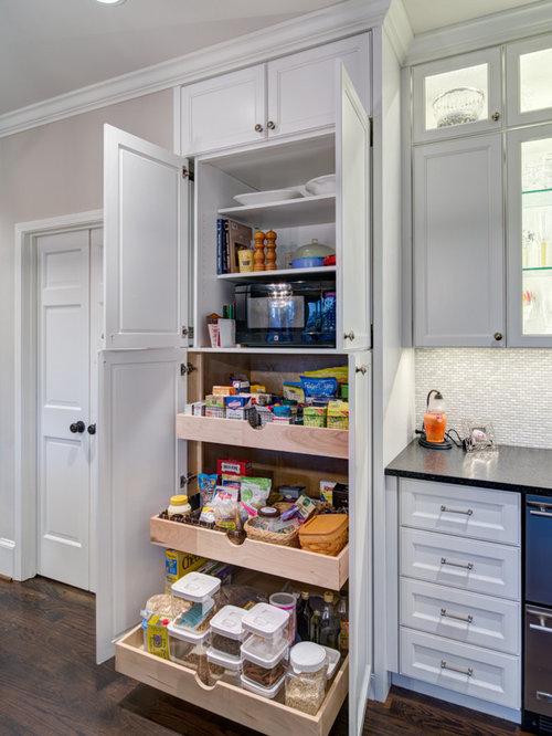 Cuisine avec des portes de placard blanches et un garde for Placard garde manger cuisine