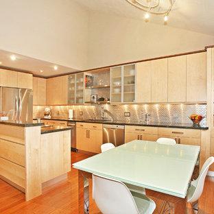 Große Moderne Wohnküche in L-Form mit flächenbündigen Schrankfronten, hellen Holzschränken, Küchenrückwand in Metallic, Rückwand aus Metallfliesen, Küchengeräten aus Edelstahl, Unterbauwaschbecken, braunem Holzboden, Kücheninsel und rotem Boden in San Diego
