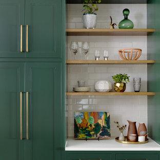 Idee per una cucina nordica di medie dimensioni con lavello sottopiano, ante con riquadro incassato, ante verdi, top in quarzo composito, paraspruzzi bianco, paraspruzzi con piastrelle in ceramica, pavimento in legno massello medio, isola, pavimento marrone e top bianco