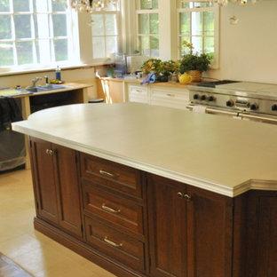 他の地域の中サイズのヴィクトリアン調のおしゃれなキッチン (エプロンフロントシンク、白いキャビネット、白いキッチンパネル、シルバーの調理設備の、シェーカースタイル扉のキャビネット、亜鉛製カウンター、サブウェイタイルのキッチンパネル、セラミックタイルの床) の写真