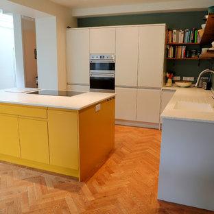 Inspiration för ett mellanstort funkis vit vitt kök, med en integrerad diskho, släta luckor, gula skåp, bänkskiva i koppar, rostfria vitvaror och en köksö