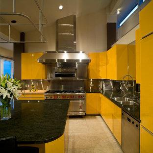バンクーバーの大きいモダンスタイルのおしゃれなキッチン (アンダーカウンターシンク、フラットパネル扉のキャビネット、黄色いキャビネット、御影石カウンター、メタリックのキッチンパネル、メタルタイルのキッチンパネル、シルバーの調理設備、セラミックタイルの床、ベージュの床) の写真