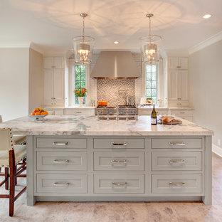 Esempio di una cucina classica con isola e top bianco