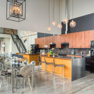 トロントの中サイズのインダストリアルスタイルのおしゃれなキッチン (フラットパネル扉のキャビネット、中間色木目調キャビネット、亜鉛製カウンター、茶色いキッチンパネル、石スラブのキッチンパネル、黒い調理設備、淡色無垢フローリング、ベージュの床) の写真