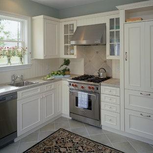 Klassische Küche mit Arbeitsplatte aus Fliesen in New York