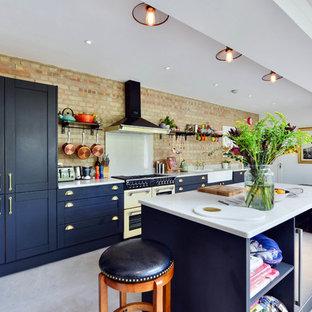 Offene, Einzeilige Stilmix Küche mit Landhausspüle, Schrankfronten im Shaker-Stil, Küchenrückwand in Braun, Rückwand aus Backstein, bunten Elektrogeräten, Betonboden, Kücheninsel, grauem Boden und blauen Schränken in London